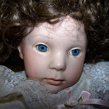 Porcelain doll with no marks on neck - Dolls