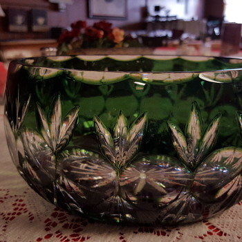 Green clear crystal bowl cut crystal woth 16 point star on bottom I DO NOT KBOW HISTORY of bowl I have a set of smalltumblers