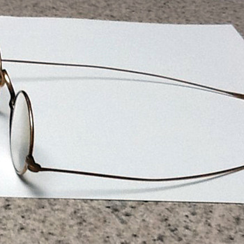Vintage eye glasses with tin case