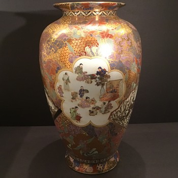Beautiful Satsuma porcelain vase. Meiji Period?