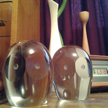 A PAIR OF MID-CENTURY MODERN WHITEFRIARS  GLASS OWL PAPER WEIGHTS - Mid Century Modern