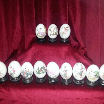 12 ASIAN PORCELAIN EGGS - Asian