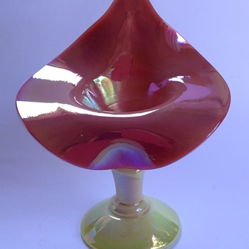 Iridescent Burmese glass jack - in - pulpit vase