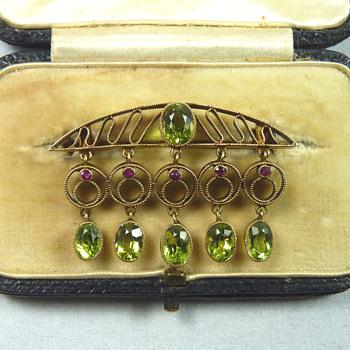 Murrle Bennett Jugendstil Ruby & Peridot 15ct Gold Brooch - Fine Jewelry