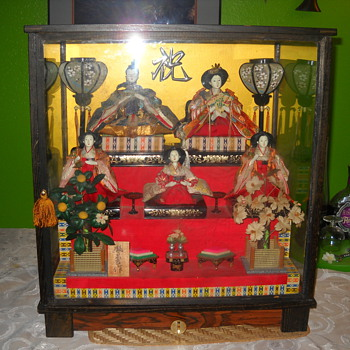 musicial asian garden w/5 dolls in display case