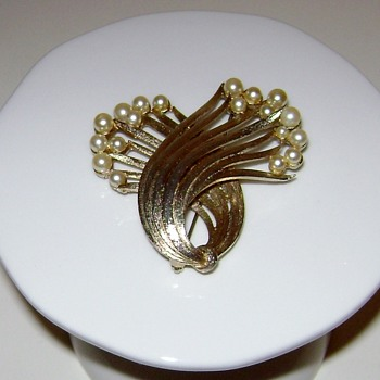 Vintage Lisner Brooch - Costume Jewelry