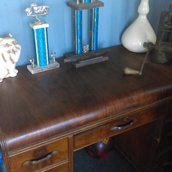 A hand me down desk, that i would like to find out history on!