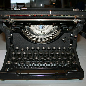 19.... Underwood Desktop Typewriter.
