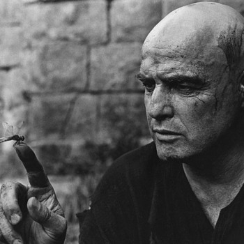 Great pic of Marlon Brando fascinated by a Dragonfly -Apocalipse Now set.