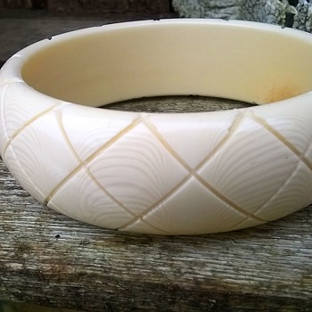 Vintage Faux Ivory Carved Celluloid Bangle Flea Market Find 2 Euro ($2.12) - Costume Jewelry