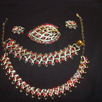 unmarked set of vintage jewelry - Costume Jewelry