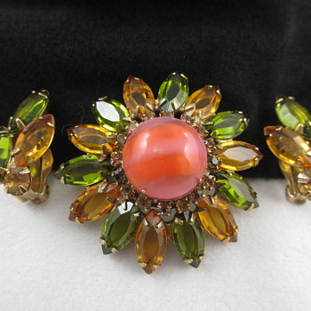 Unsigned Schreiner?  Juliana?  Domed Rhinestone Brooch Earring Set - Costume Jewelry