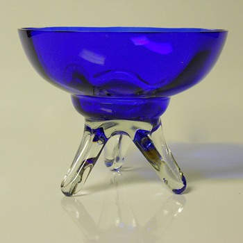 Cobalt Blue Centre piece with applied Feet, Circa 20 Century. - Art Glass