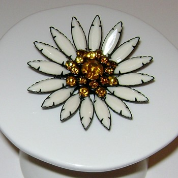 Vintage Daisy Brooch - Costume Jewelry