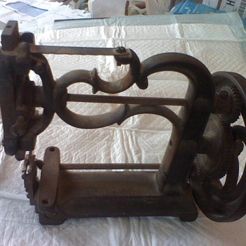 Singer ? Sewing Machine 6.5 in tall