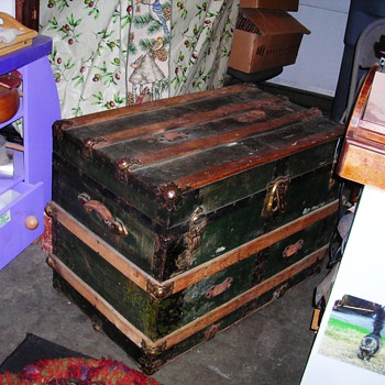 Smelly old trunk - Furniture