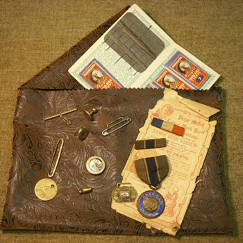 WWI items from one lot - insignia - Military and Wartime