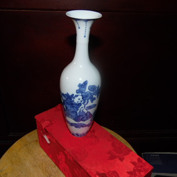 Vintage Beautiful Chinese/Japanese Vase In Box  Signed On borrom - Asian