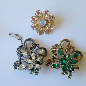 More costume jewellery brooches
