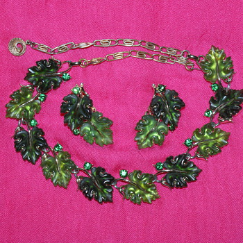 Fall Special:  Lisner Leaf Necklace - Costume Jewelry