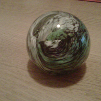 unknown paperweight?? need help identifiying. - Art Glass