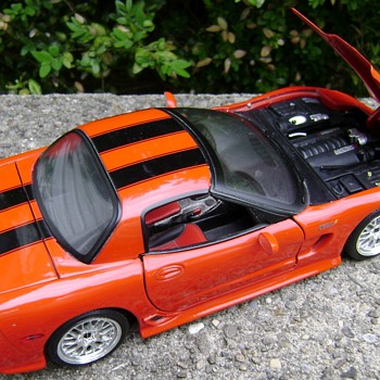 1 / 18 Scale Die Cast 2001 Corvette - Model Cars