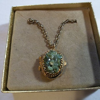 SIGNED VINTAGE GREEN STONE PERI NECKLACE WITH PENDANT THAT OPENS UP - Costume Jewelry