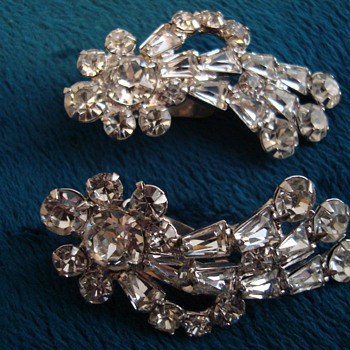 Unsigned Clip On Earrings - Costume Jewelry
