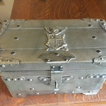 Small chest with 6 shot glasses