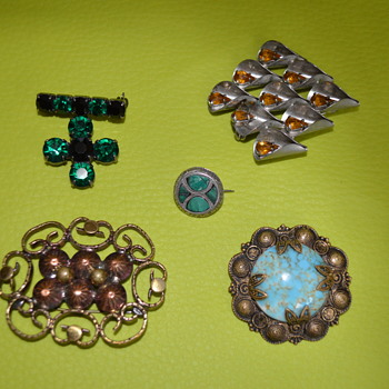 Medley of vintage brooches
