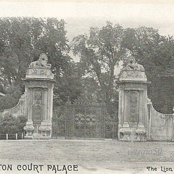HAMPTON COURT PALACE - THE LION GATES - Postcards