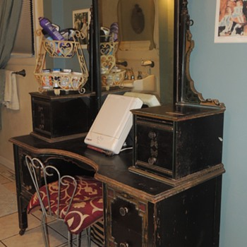 Vintage Painted Makeup Vanity - Unknown Furniture Maker / Age -