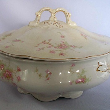 LARGE JOHNSON BROTHERS ANTIQUE ROUND COVERED SERVING BOWL