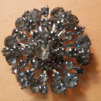 A costume jewelry pin