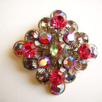 2 GREAT VINTAGE BROOCHES - Costume Jewelry