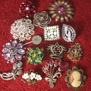 Great collection of Vintage Costume Brooches