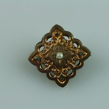 Small victorian brooch with pearl