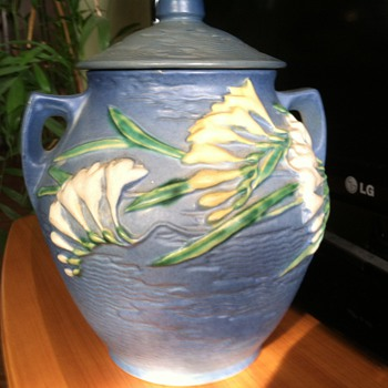 Roseville cookie jar - freesia - Art Pottery