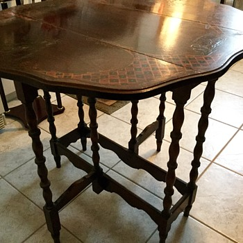 Ornate Oriental gate-leg side table