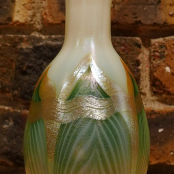 QUEZAL ART GLASS VASE, circa 1902