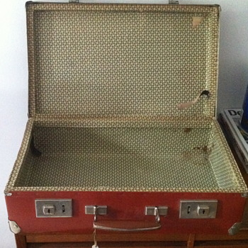 Small trunk maybe from the 1940 era. - Bags