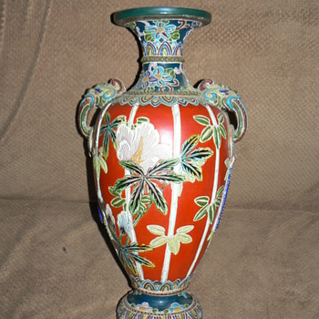 LARGE ANTIQUE JAPANESE VASE WITH HEAVY MORIAGE TRIM