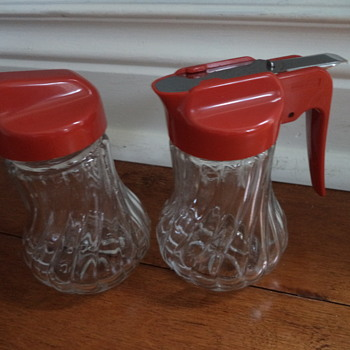 Vintage sugar, honey or syrup dispensers & Cookie cutters - Kitchen
