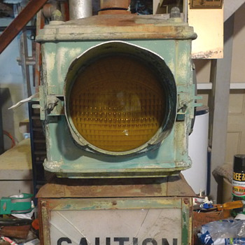 VINTAGE TRAFFIC CAUTION LIGHT
