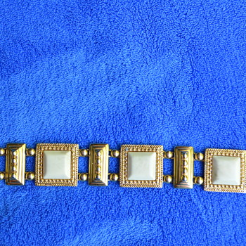 Heavy gold tone safet clasp bracelet. - Costume Jewelry