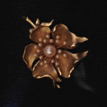Crown Trifari Vintage Gold Flower with Pearls