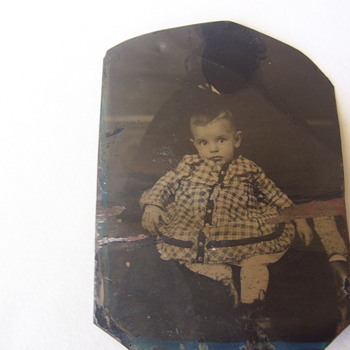 CIVIL WAR ERA TIN TYPE BLACK  NANNY HOLDS CHILD SHE 'S HIDDEN,BUT HER ARM IS EXPOSED.