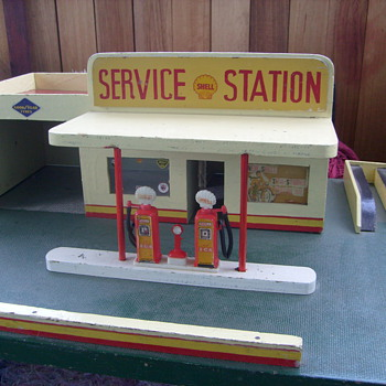VINTAGE SHELL TOY GARAGE.1950s