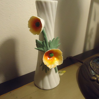 THIS IS A PORCELAIN FLOWER VASE. - Art Pottery
