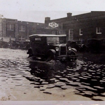 THE WOES OF TOO MUCH RAIN!!  VINTAGE CAR IN FLOOD WATER. - Photographs